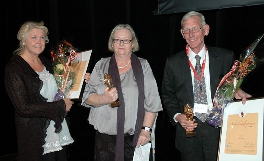 Verneombud Marit Kristiansen og filialsjef Elin Hermansen mottok prisen under en høytidelighet på Arbeidsmiljøsenteret.