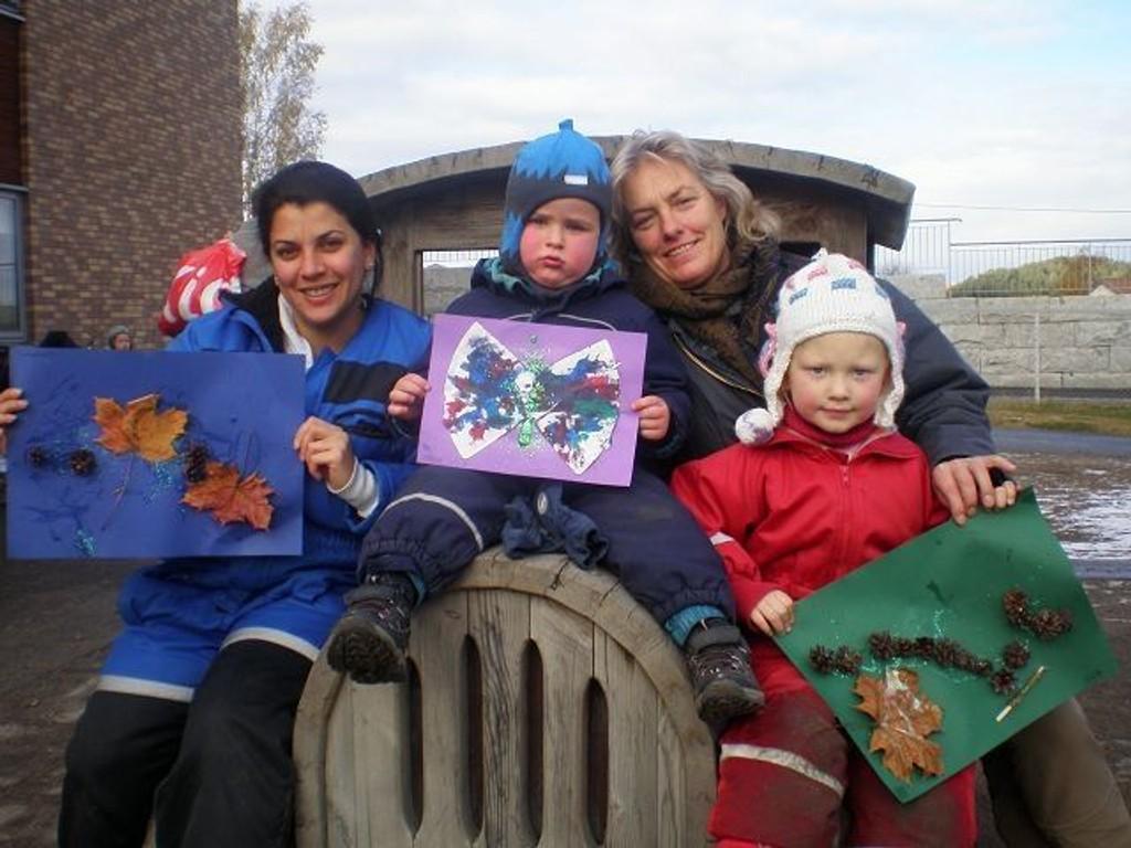 Barnehageassistent Suzan Alzengene (f.v.). Markus Thoresen Hakkim,pedagogisk leder Anita Curran og Elise Vedø-Hansen viser frem noe av kunsten som ble solgt til inntekt for Flyktninghjelpen.