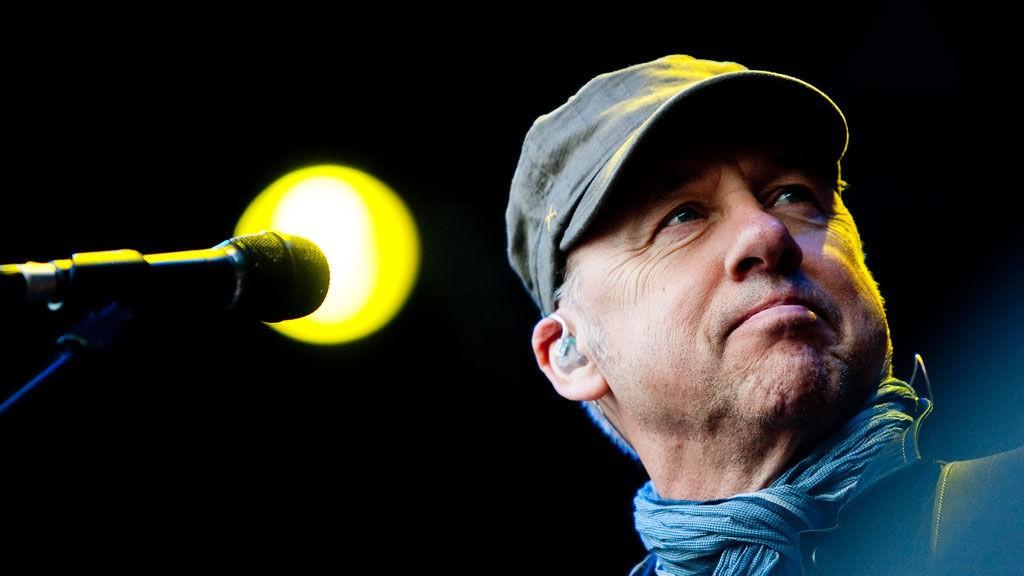 HYGGET SEG: Mark Knopfler hygget seg med det norske publikummet, og de med ham da han avsluttet Norwegian Wood søndag.