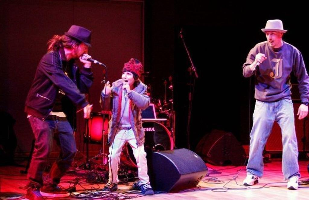 Raperne Don Martin og Jester fikk med seg elleville Glenn på avslutningen av sin konsert på Rommen scene denne kvelden. Og gjett om det var en som strålte etterpå.
