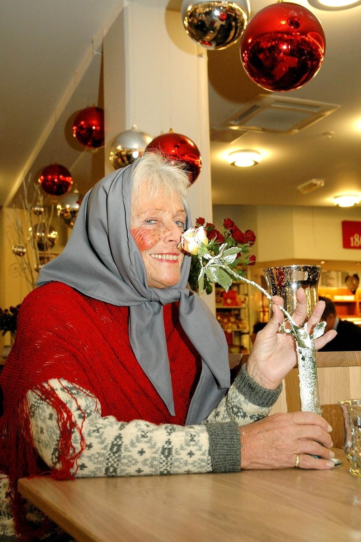 Eva Broberg (73) stortrivdes som nissemor på Storo i fjor. Nå er hun ansatt ved senteret, og sender stafettpinnen videre.
