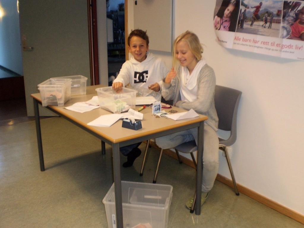 Elevrådsleder og nestleder på Korsvoll skole teller penger etter aksjonen.