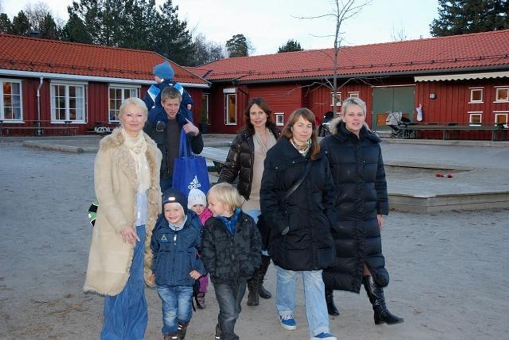 Mange foreldre reagerer på forslaget om å redusere antall styrere i barnehagene. Fra venstre Marianne Seljåsen med Mathias (5), Espen Aas Smedsrud med Ingrid (1) på nakken og Petter (3) skjult, Anette Hamm med Isabell (3), Hanna Stensvold med Johannes (5) og Kristin Svanqvist.