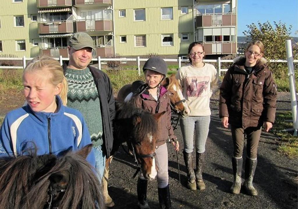 Sammen om ridehuset på Nordtvet: Malin (11), Jon Julius Sandal leder i Grorud Venstre, Martine (10), Sandra (14) og Bettina Lunde daglig leder ved Nordtvet Rideskole.