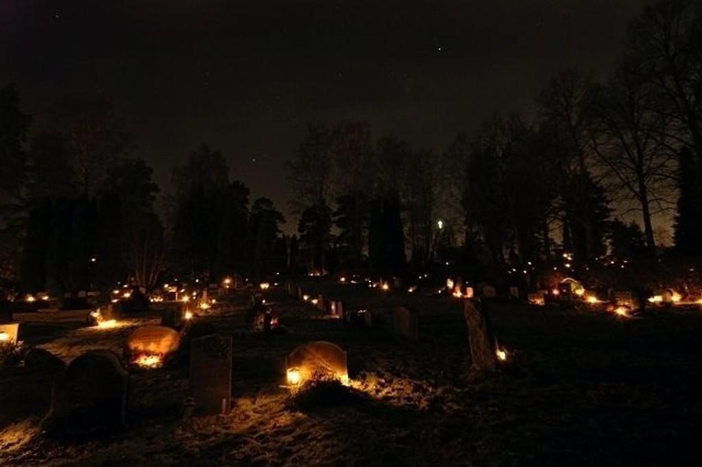 Pårørende markerte Allehelgensdag, eller Alle sjelers dag, ved å tenne lys på gravene til sine kjære.