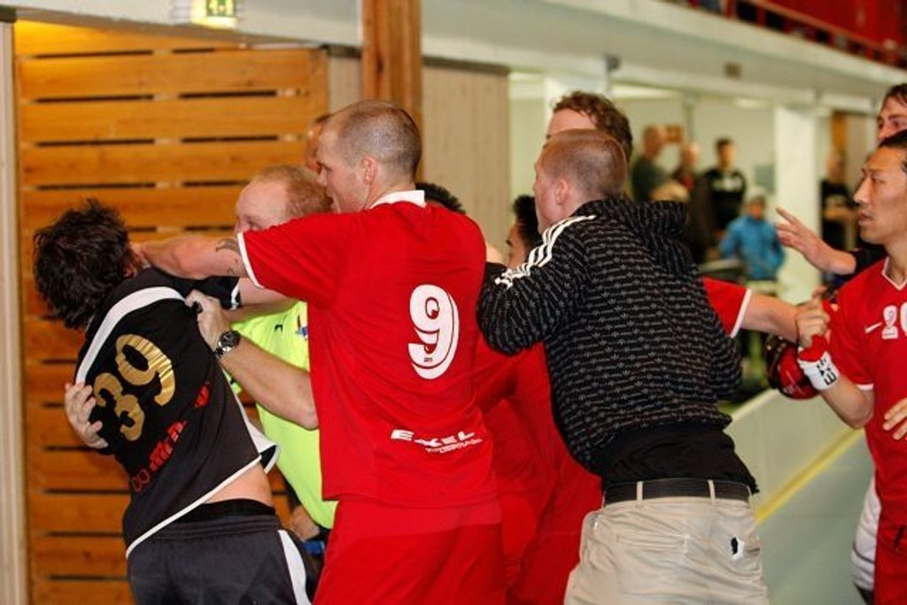 Niklas Eriksson fikk direkte rødt kort for å ha lagt Thomas Pettersen i bakken. Etterpå omringet alle Holmlia-spillerne Eriksson.