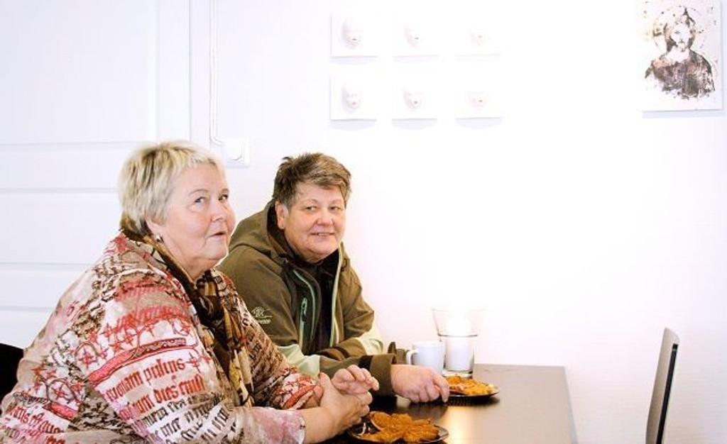 Synnøve Halvorsen og Ingeborg Fagnastøl nyter husets traktement.