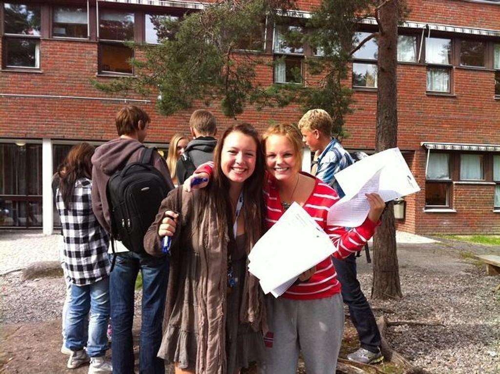 Ada N. Lunde (15) fra Nordstrand gleder seg til å ta fatt på valgkampen som nyvalgt styremedlem i Romerike Unge Høyre. Her er Ada (t.v.) avfotografert sammen med Laura Nystuen, en av de andre styremedlemmene i lokallaget. Foto: Privat