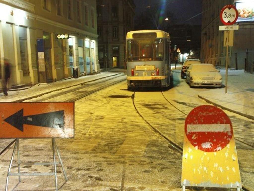 Et vogntog stopper all trafikk i Oslogate etter at det kjørte seg fast under jernbanebroa. Dette er ikke første gang en slik ulykke skjer i området. Bildet er fra en liknende hendelse i 2008.