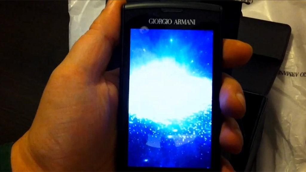 Armani har gått for en mer stilren, sort utforming enn Samsungs designere.