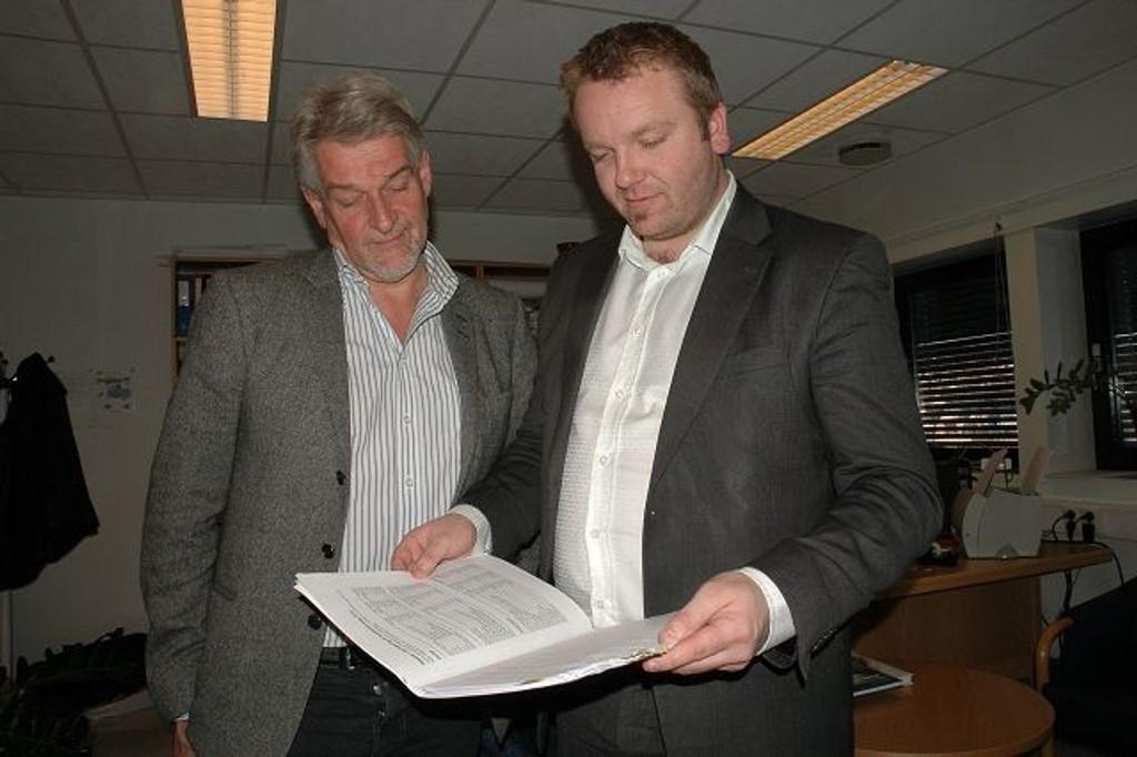 Bydelsdirektør Helge Jagmannn og BU-leder Anders Røberg-Larsen studerer budsjettforslaget. Den er ikke lystig lesning.