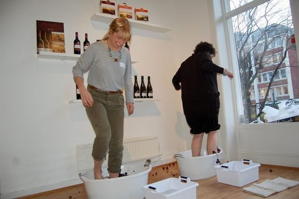 Her tråkker Julie Kathrine Andresen 14 kilo druer i to minutter for å få mest mulig druejuice.