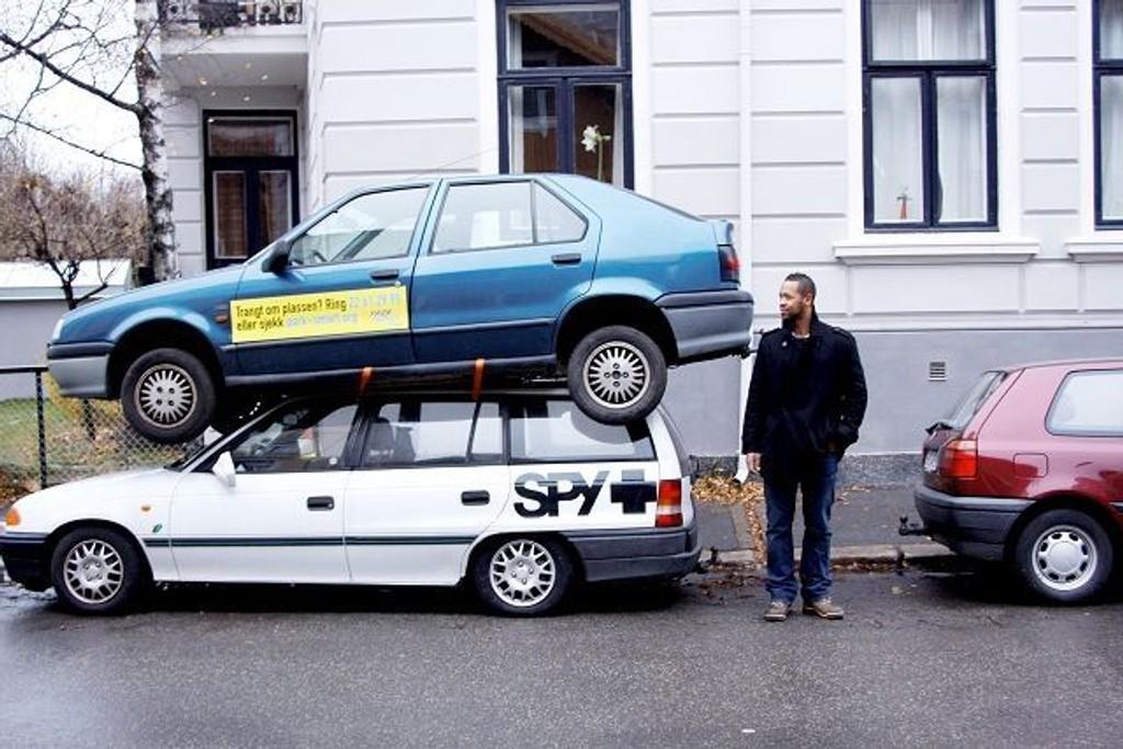 For å understreke parkeringsplassmangelen har Erik Ertzgaard og ParkSmart satt biler oppå hverande og parkert dem på ulike steder i sentrum. Foto: Simen Sundsbø
