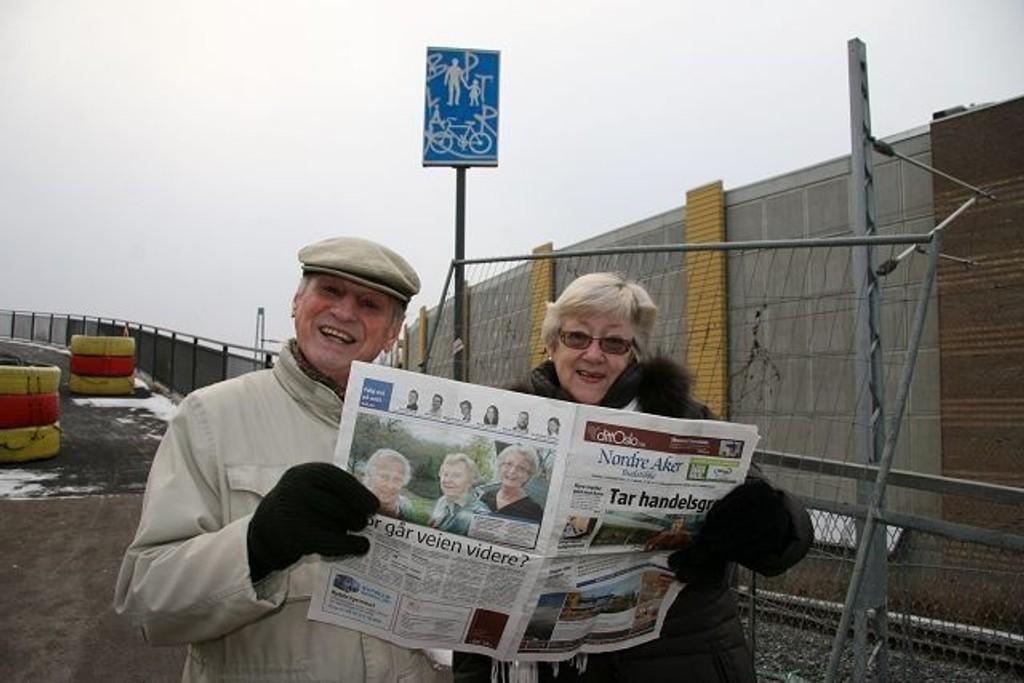 Naboene Harry Bakken og Lis Baltzerson - her ved gangbrua som skal møte den planlagte undergangen fra Nydalen - flølger med i NAB om det sker noe nytt i saken. – Vi er stadig nede og titter også, sier de.
