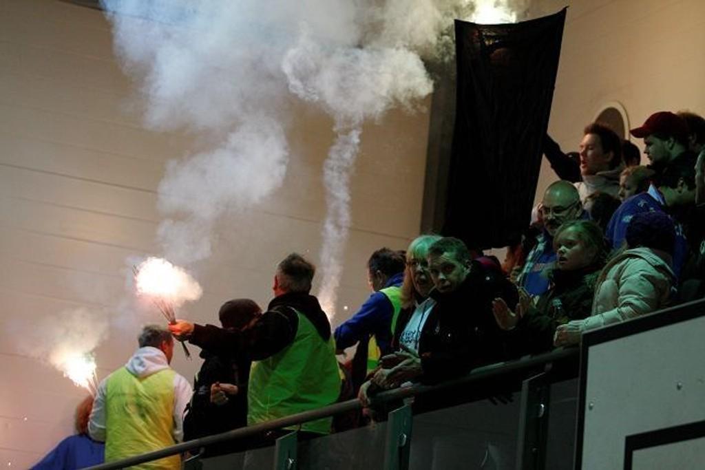 Klanen fyrte opp stjerneskudd etter kampen mot Viking. Dette førte til røyk i hallen som de ikke klarte å lufte ut.