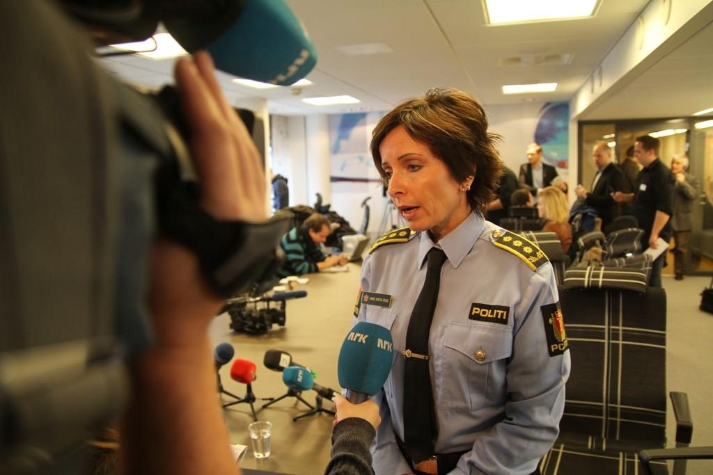– 32 åringen er godt kjent av politiet. Fornærmede er multikriminell og en sentral aktør i flere tunge kriminelle miljøer i Oslo. Han har signalisert at han ikke vil bidra til å hjelpe politiet med å oppklare saken, sier politiinspektør Hanne Kristin Rohde på en pressekonferanse mandag formiddag.