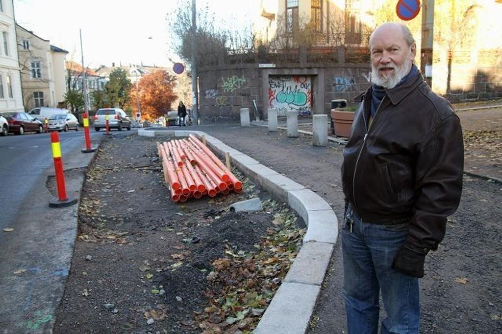 Einar Støp-Bowitz stiller seg spørsmål over samferdselsetatens etablering av sykkelfelt i Ullevålsveien. – Er dette et sykkelfelt, eller er det parkering? sier han.