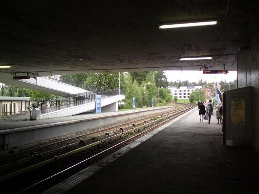 Natt til lørdag ble det meldt om slåsskamp her på Bøler T-banestasjon. To personer ble brakt i arrsten.