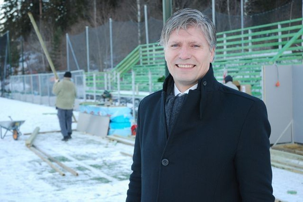 Snart fullført: I bakkgrunnen kommer tribuneanlegget på Ullernbanen på plass. Ola Elvestuen er glad for at Venstre kan bidra til at anlegget blir fullført. Foto: Vidar Bakken
