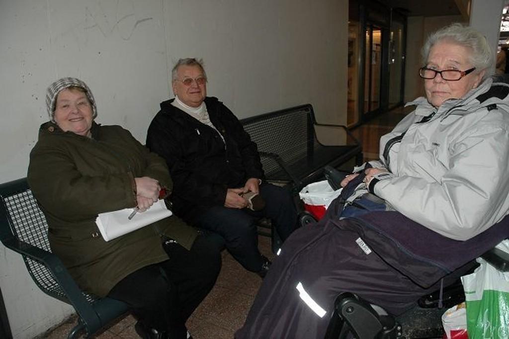 Ragnhild Trosterud, Olav Hermansen og Laila Børresen mener Romsås flerbrukssenter er et flott tilbud for de eldre. De vil ikke la det dø.