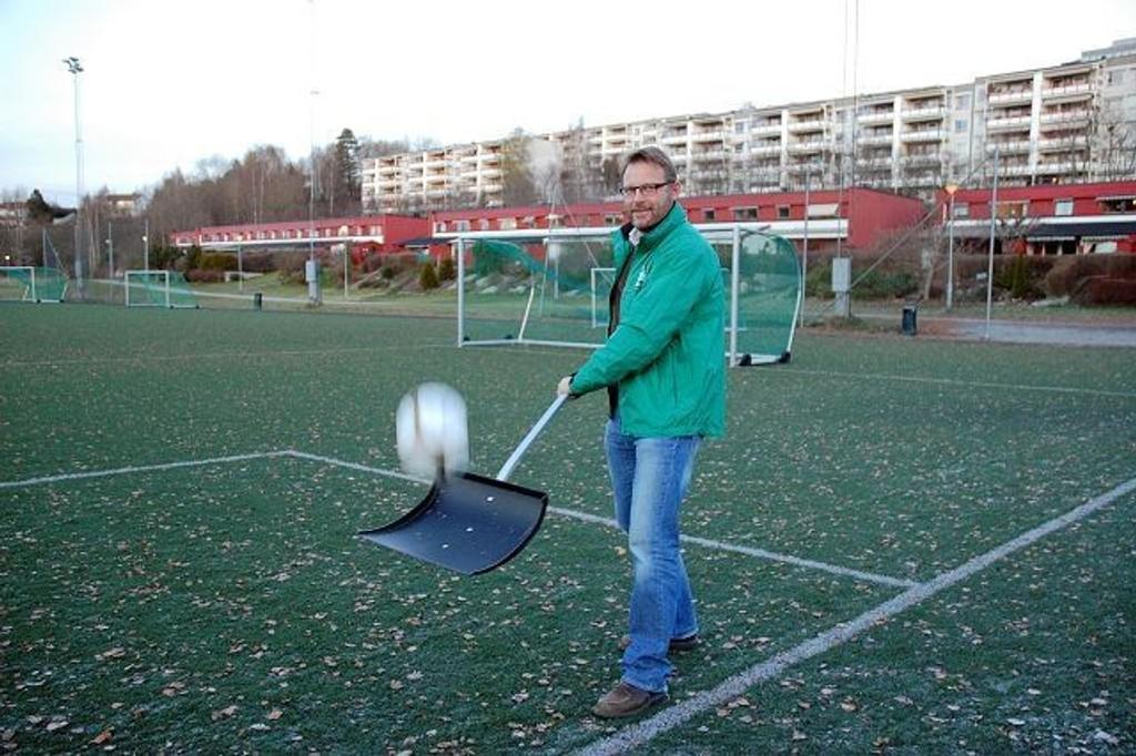Jarle Birkeli i fotballgruppa til Rustad IL er kjempeglad for at det nå er satt av 2,5 millioner kroner til nytt, miljøvennlig kunstgressdekke.