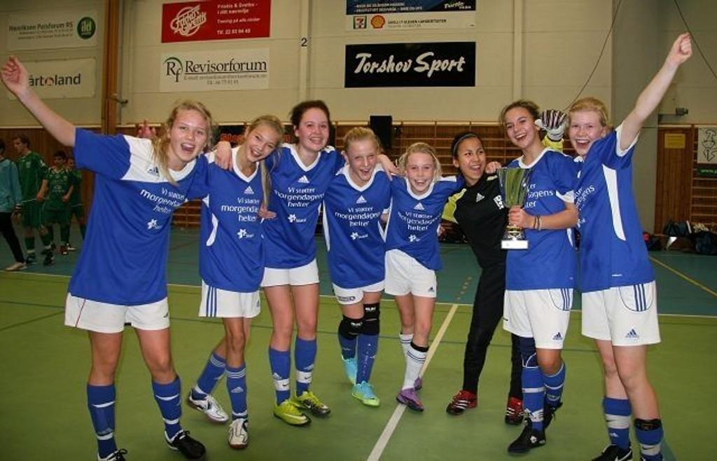 Kjelsås' glade fotballjenter 96 vant finalen 5 - 2 mot Nordstrand. Fra venstre Marte, Andrea, Hanne, Guro, Tiril, Farhat, Marie og Thea.