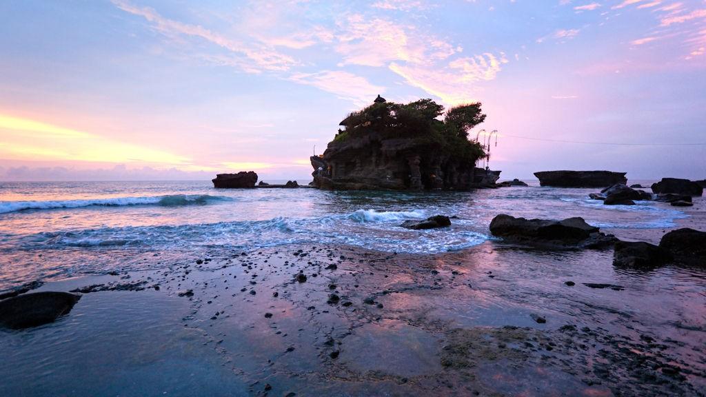 """Rundt 20.000 templer, her representert ved Thana Lot, har bidratt til Balis kallenavn """"Gudenes øy""""."""