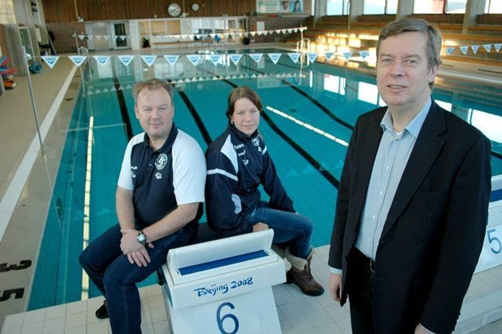 Her skal det svømmes: Frank Pedersen og Sara Nordenstam i Lambertseter er strålende fornøyd. – Nå kan alle OBOS-medlemmer bade gratis her i helgene, jubler Åge Pettersen i OBOS. FOTO: ANDREAS LINDBÆK