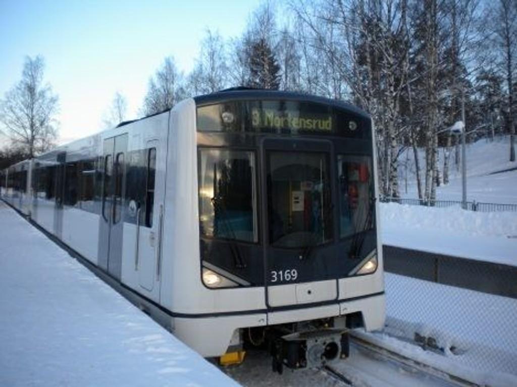 Kollektivreisende i Oslo opplever store forsinkelser og innstillinger på trikk og t-bane fredag morgen.