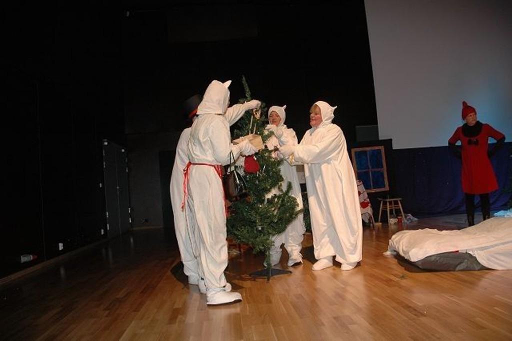 Mummitrollet og familien tester ut pynting av juletre.
