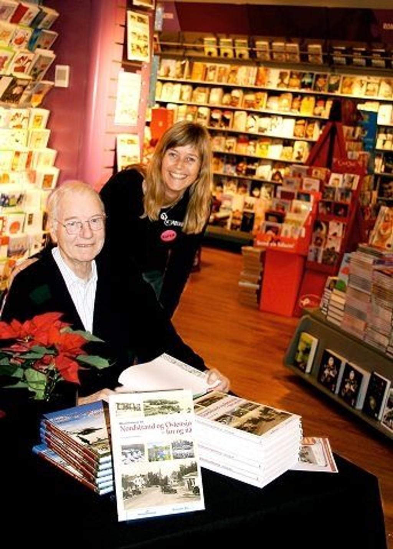 Lokalhistorisk forfatter Gunnar Pedersen signerte sin nye bok hos Notabene på Lambertseter sist torsdag. Her sammen med Cecilie Koren som driver bokhandelen.