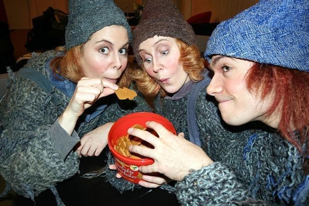 Myra (Caroline Eriksen), Tistel (Ingeborg Mohn-Reinaas) og Tvilling ( Trond Andre Hansen) synes Sætres Figurbakte Pepperkaker gav den ekte smaken av jul.