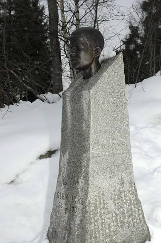 GLEM IKKE er det klare budskap på sokkelen til bysten av Benjamin Hermansen på Holmlia. 26. januar får vi anledning til å bevise at vi husker.