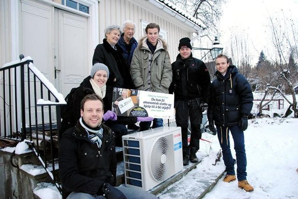 Fredag fikk Anna og Jan Dahl varmepumpen som barnebarnet Thorleif vant. Fra v: Jostein Lindbo i Hafslund, Jenny Skagestad i Enøketaten, Anne og Jan Dahl, Thorleif Bugge og Joachim Kobbeltvedt i ABK.