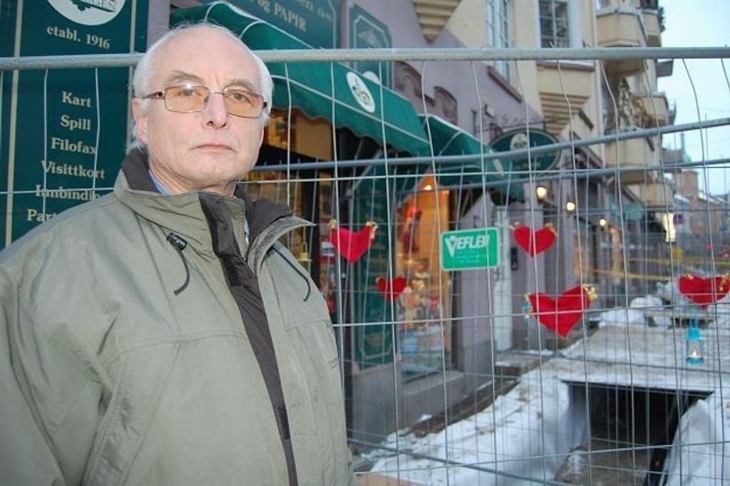 Ivar Tøsti er fortvilet over konsekvensene gravingen i Ullevålsveien har hatt for bokhandelen hans.