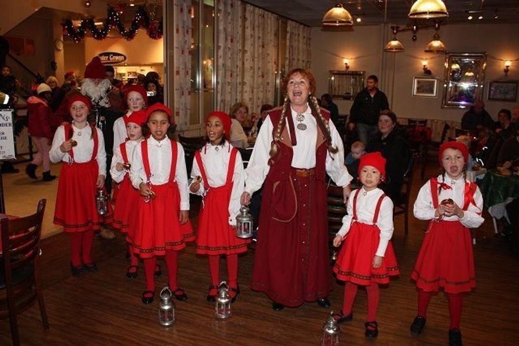 Nissefamilien spredte juleglede med sin sang og utstråling på Senter Syd på Mortensrud.