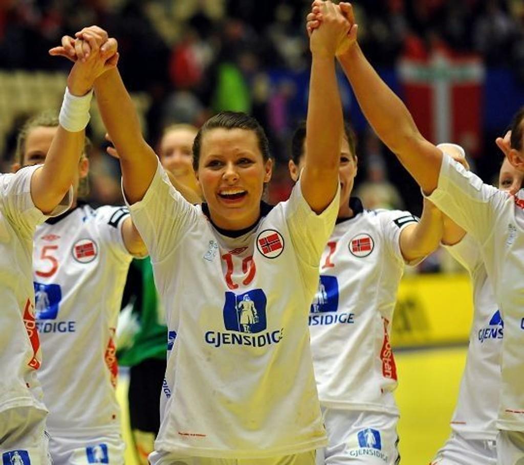 Nora Mørk jubler sammen med resten av de norske jentene etter at finalebilletten er sikret.