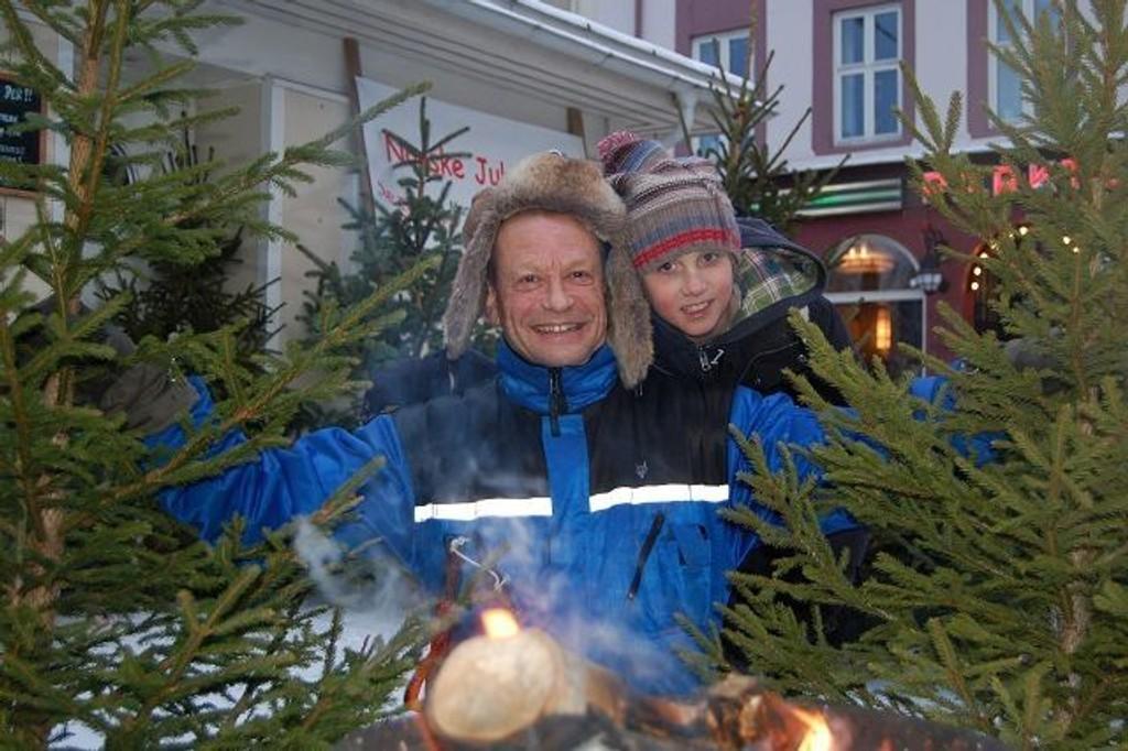 Per Ulf Marvold selger godt med trær på Løkka. Han er glad for at nordmenn nå begynner å bli mer miljøbevisste. Her med sønnen Eyvind som hjelper til etter skolen.