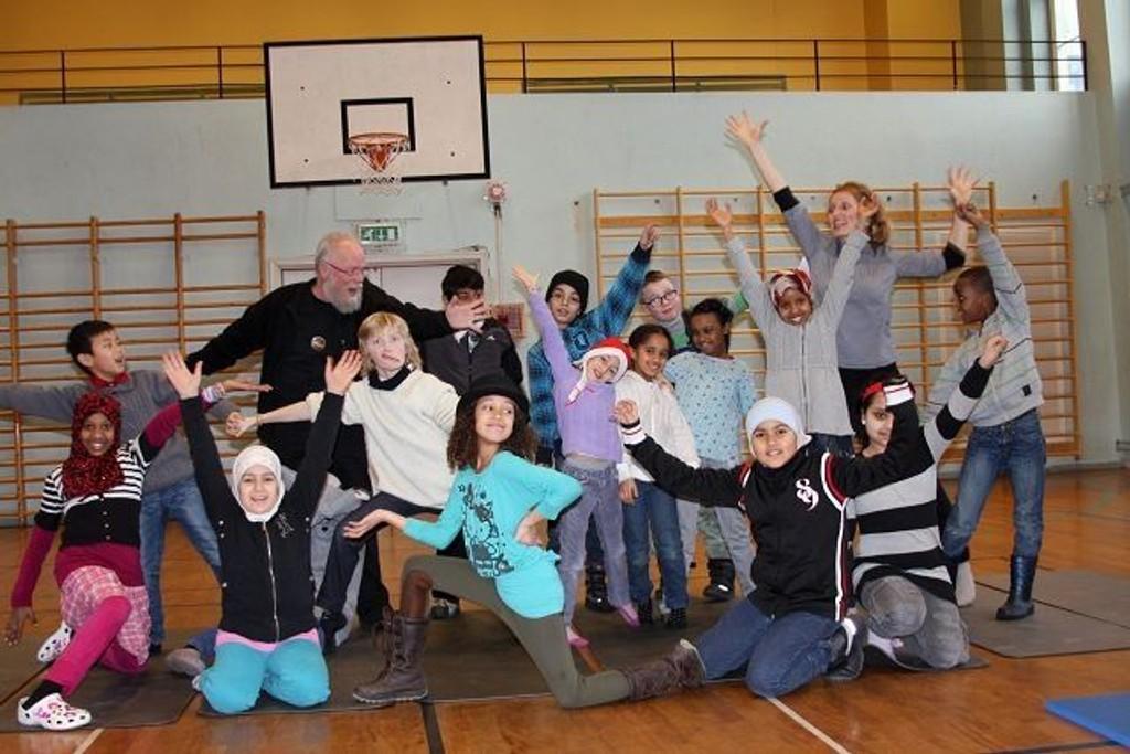Ikkeno' å si på energinivået til teatersjef Birger Næss, instruktør Karina Opdal og ungene på Møllergata skole.