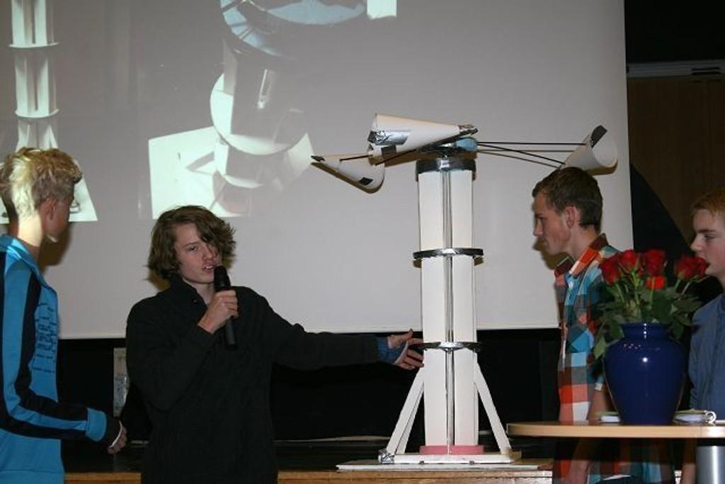 Asmund Kollbye, Jesper Frilseth, Andreas Vestre og Håkon Brandsnes fra Kastellet skole presenterer sin horisontale vindmølle.