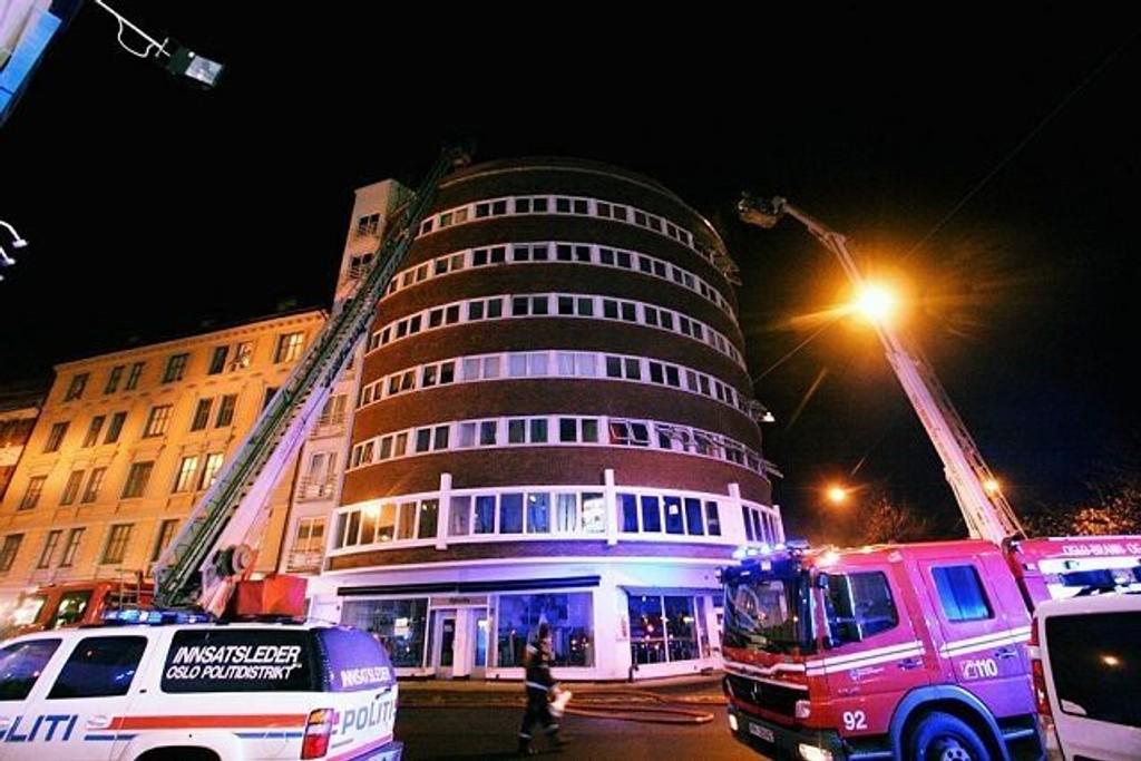 15 beboere måtte hjelpes ut da det brøt ut brann i Brugata 15 i natt.