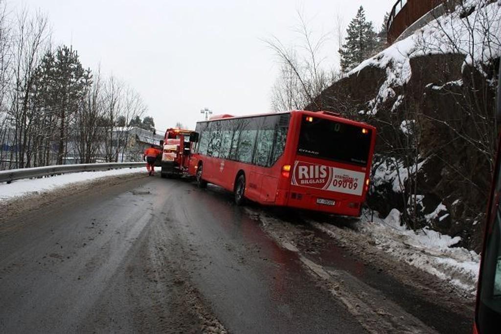 Tirsdag formiddag kjørte en buss i grøfta i Slimeveien. Dermed var Bjørndal sperret for all trafikk inn og ut.