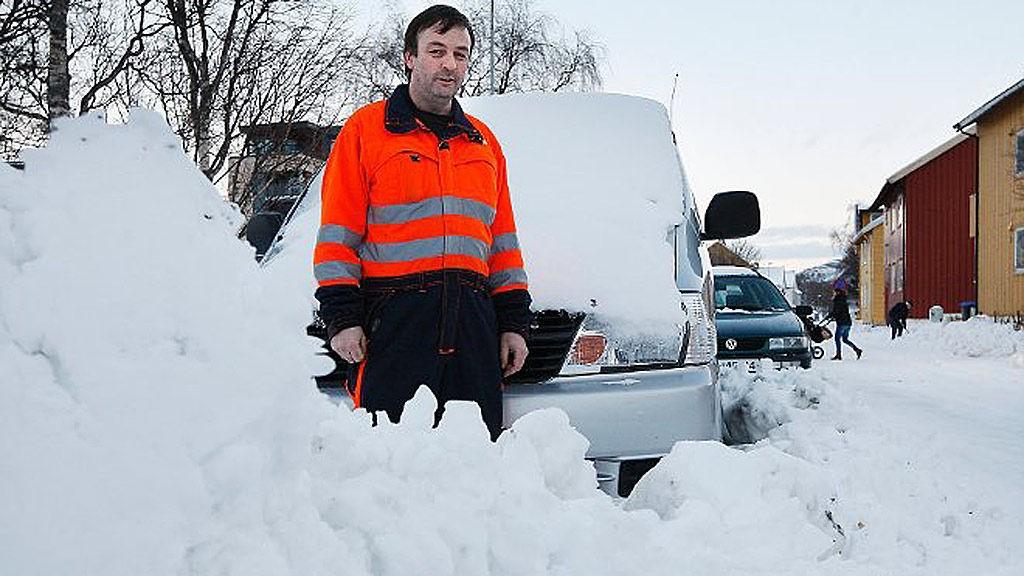 BILPROBLEM: Roger Pedersen, vaktleder i Bodø bydrift, kan vise til svært mange slike tilfeller i bodøgatene
