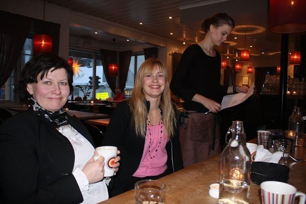 Tidligere fiskeriminister Helga Pedersen synes Sagene lunsjbar er et hyggelig sted å være for å planlegge politikk. – Jeg trives godt på Sagene, sier Pedersen. Ved hennes side rådgiver Anne Cathrine Berger.