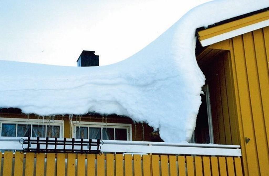 Nærmer snødybden seg en halv meter, kan det bli en dyrekjøpt erfaring å unnlate å måke taket.