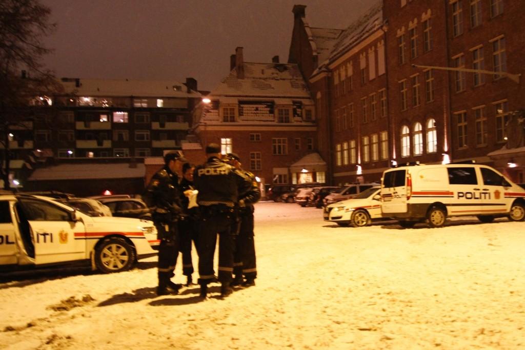 Tre maskerte ranere truet til seg 60.000 kroner ved premieren på Fagerborgrevyen.