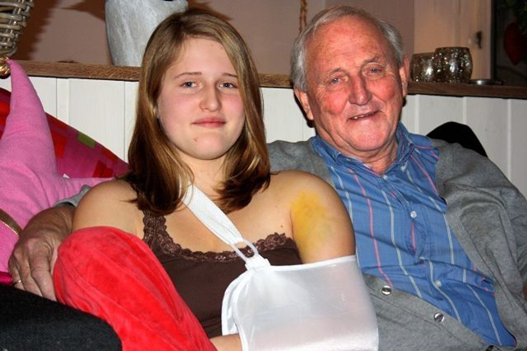 Bestefar Martin Berntsen ønsker å takke dem som hjalp barnebarnet hans, Sara, da hun ble utsatt for en stygg akeulykke på St. Hanshaugen dagen før nyttårsaften. Som vi ser gikk det hardt ut over skulderen hennes.