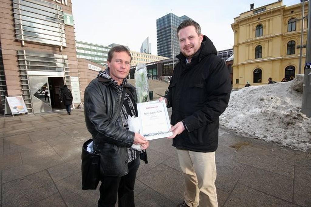 Arild Knutsen (t.v.), leder for Foreningen for human narkotikapolitikk ble kåret til «Årets navn» i Østkantavisa i fjor. Her med redaktør Nils Skumsvoll.