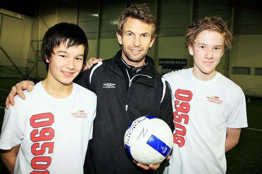 Espen Haug sammen med 14-åringene Ken Christensen (t.v.) og Markus T. Pettersen.