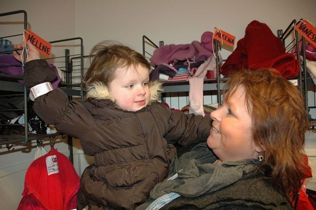 Helene nærmer seg tre år og Nina Strømberg er glad for at datteren nå har fått plass i en kommunal barnehage med mange jevnaldrende lekekamerater. Her viser Helene stolt frem den nye garderobeplassen sin i Husmannsplassen barnehage.
